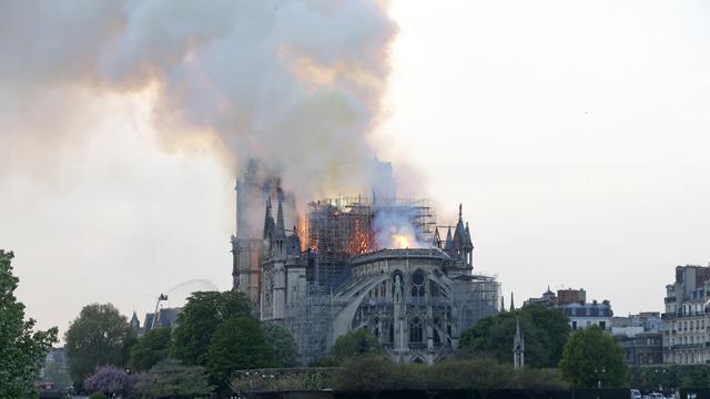 Пожар в Нотр-Даме: что случилось и какие реликвии удалось сохранить