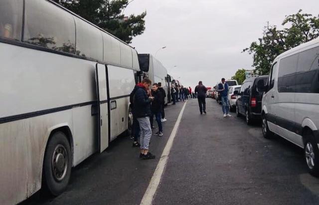 Кілометрові черги: на Закарпатті люди чекають на кордоні по 10 годин