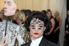 Эзра Миллер пришел на Met Gala 2019 с несколькими парами глаз