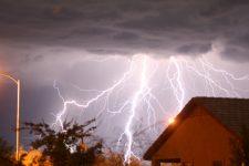 Влучила в телефон: у Харківській області чоловіка вбила блискавка
