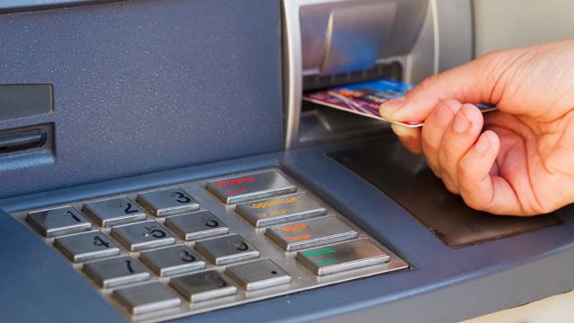 Афери з картками: як захистити свої гроші від шахраїв