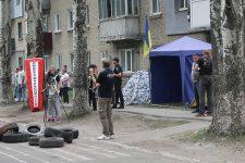 [:ua]Перерахунок голосів на окрузі №50 у Покровську триває: біля будівлі намети і шини[:ru]Пересчет голосов на округе №50 в Покровске продолжается: у здания палатки и шины[:]