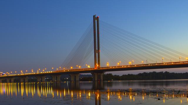 На вихідні у Києві обмежать рух транспорту Південним мостом