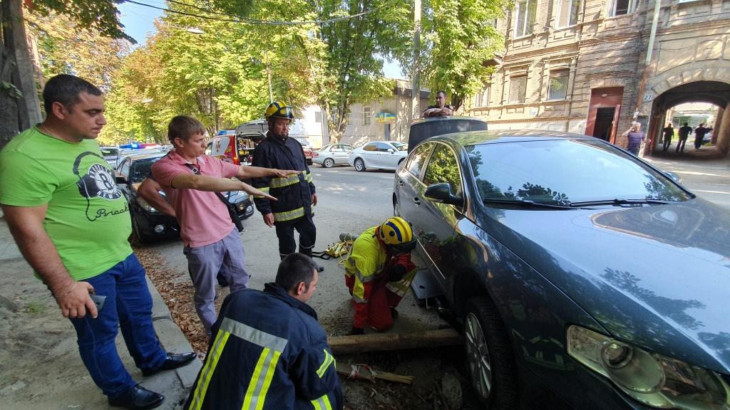 У Дніпрі під припаркованим авто провалився асфальт