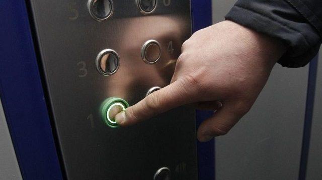 9 ножевых: арестован мужчина, резавший свою жену в кабине лифта