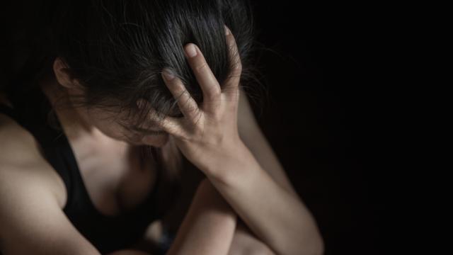 На глазах у друзей: в Запорожье ученик избил и душил одноклассницу (18+)