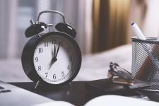 Назавжди в зимовому часі: переведення годинників можуть скасувати вже в березні