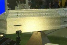 Біла труна з 60 тис. кристалів Swarovski: вражаюча ритуальна послуга у РФ
