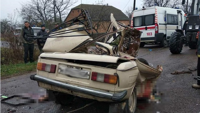 Залишився лише бампер: на Житомирщині вантажівка протаранила легковик