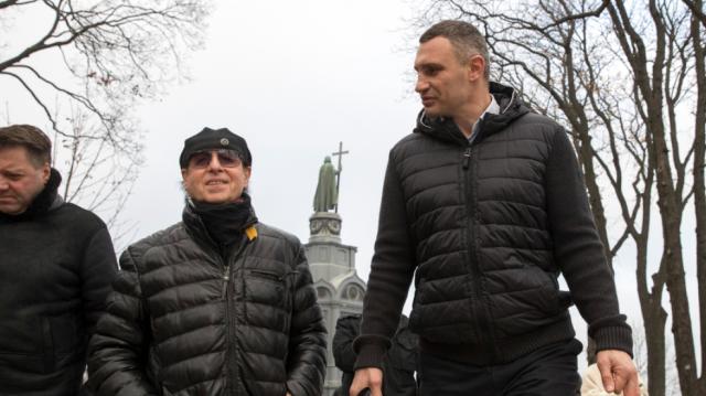 Солист Scorpions прогулялся по Киеву и спел на улице