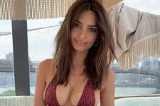 Снова без белья: Ратаковски обнажила грудь в рекламе своего бренда
