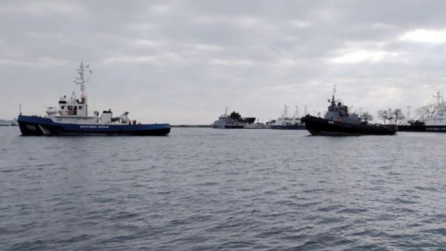 Захоплені РФ українські кораблі залишають Керч