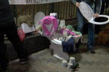 Активисты принесли под посольство России в Киеве вантузы и ершики
