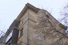 [:ua]Квартири знову заливає дощем: у Миколаєві припинили ремонт будинку[:ru]Квартиры снова заливает дождем: в Николаеве прекратили ремонт дома[:]