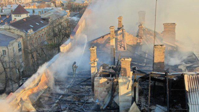 Люди падали з вікон: відео пожежі в коледжі Одеси 18+
