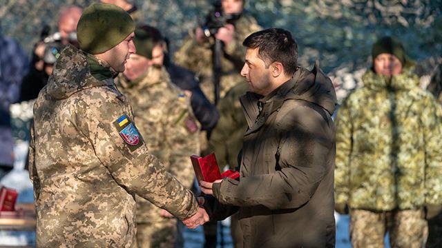 Зеленский наградил орденами и медалями военных в ООС