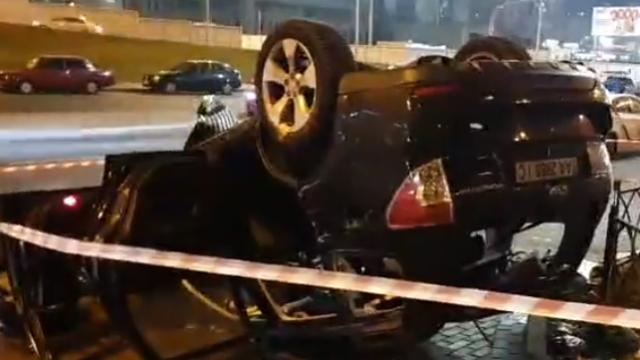 У Києві на Лівобережній авто злетіло з мосту