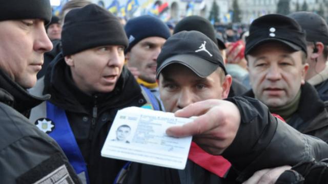 На Майдане во время вече провокатор кинул несколько яиц в сторону сцены