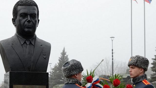 В Донецке открыли бюст Кобзону возле мемориала Захарченко