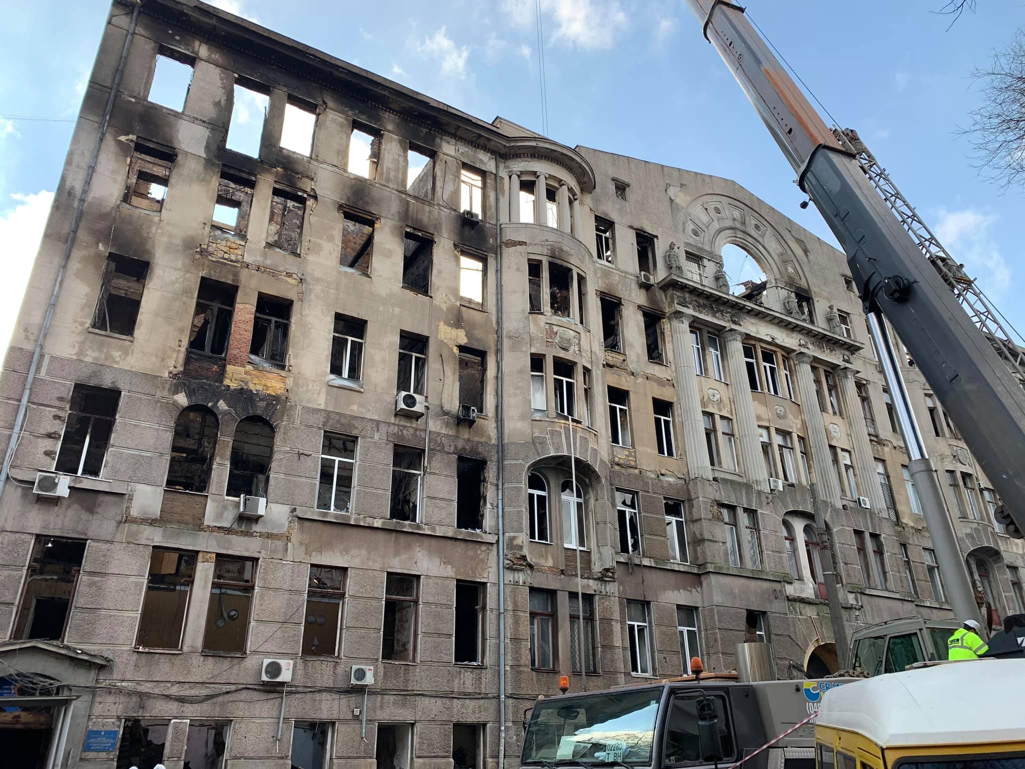 Стіни згорілого коледжу в Одесі зміцнять металевим каркасом