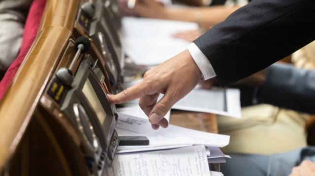 Рада упростила выдачу паспортов для жителей зоны ООС и переселенцев