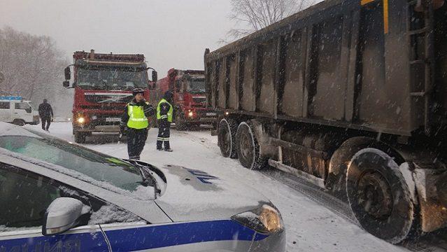 Массовое ДТП в России: на трассе под Владивостоком столкнулись более 50 машин