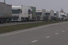 Вантажівки стоять у 4 ряди! На західних кордонах величезні черги з фур