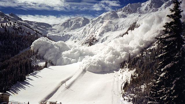 Лавина в Альпах: лижник три години перебував під снігом, а врятував його телефон