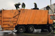 В Киеве загоревшийся мусоровоз сам приехал в пожарную часть