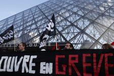 У Парижі через протести закрили Лувр