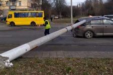 Во Львове две электроопоры раздавили легковушку и повредили троллейбус