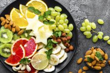 Дієтологи не радять їсти фрукти на ніч – причина