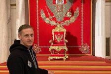 Фотографировался с гербом РФ: украинский клуб уволил футболиста