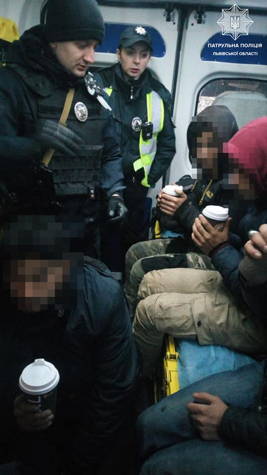 патрульные спасли иностранцев