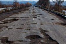 На Рівненщині водії маршруток пригрозили не їздити місцевими дорогами до їх ремонту