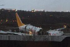 В Стамбуле самолет с пассажирами выкатился за взлетную полосу и врезался в ограждение