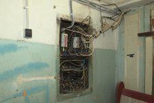 Оголенные провода и заваленные проходы: насколько безопасны общежития в Николаеве