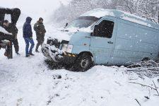 Поваленные деревья, разбитые фонари и ДТП. Циклон Petra накрыл Украину