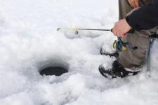 На Львовщине четыре рыбака провалились под лед, один из них скончался в скорой