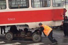 У днищі дірка, деталі змотують ганчірками – стан київських трамваїв