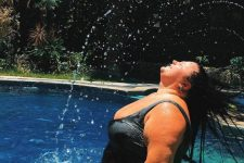 """Alyona Alyona в купальнике показала """"эротические фото"""" в бассейне"""