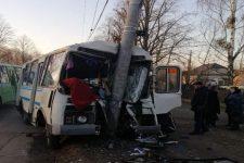 У Коростені автобус з пасажирами влетів в електроопору – є жертви