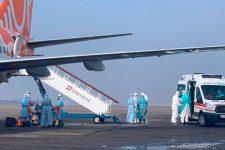 Евакуйовані українці й іноземці зійшли з борту в Харкові