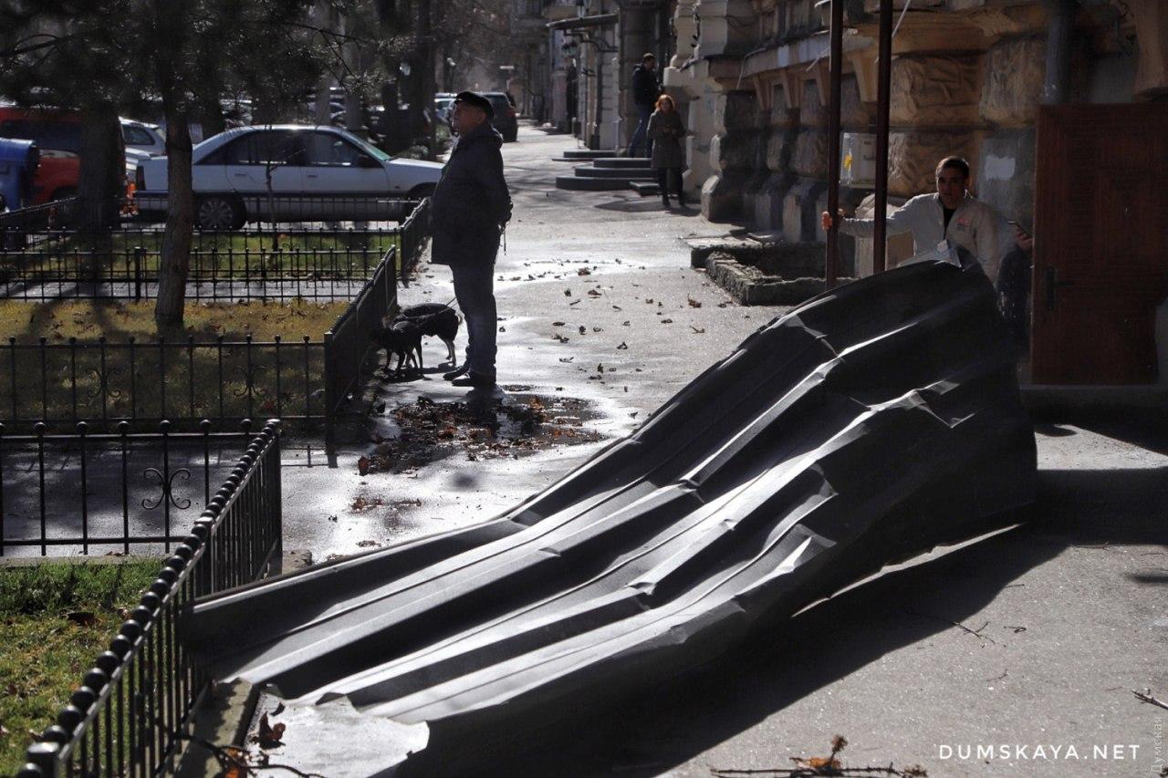 Вітер в Одесі валить дерева