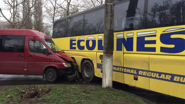 У Миколаєві через зіткнення маршрутки і автобуса постраждали шестеро людей