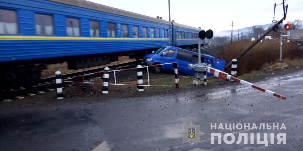 На Закарпатті поїзд збив мікроавтобус – 5 постраждалих