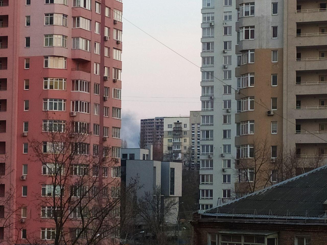Величезні клуби чорного диму: у Києві масштабна пожежа