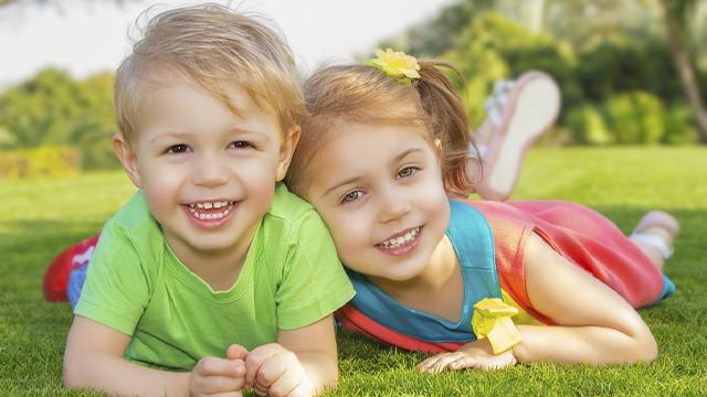 День брата і сестри: найкращі привітання в листівках