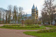 Щоб люди не гуляли: у Швеції через коронавірус розкидають гній у парках