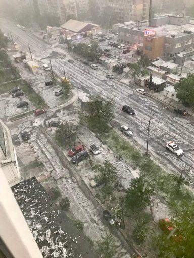 Злива з градом в Києві: авто пливуть по дорозі, центр зупинився в заторах